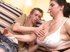 زرق و برق دار مادر سخت زیر کلیک توسط پسر جوان و squirts